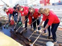 High School auf See: Deck schrubben