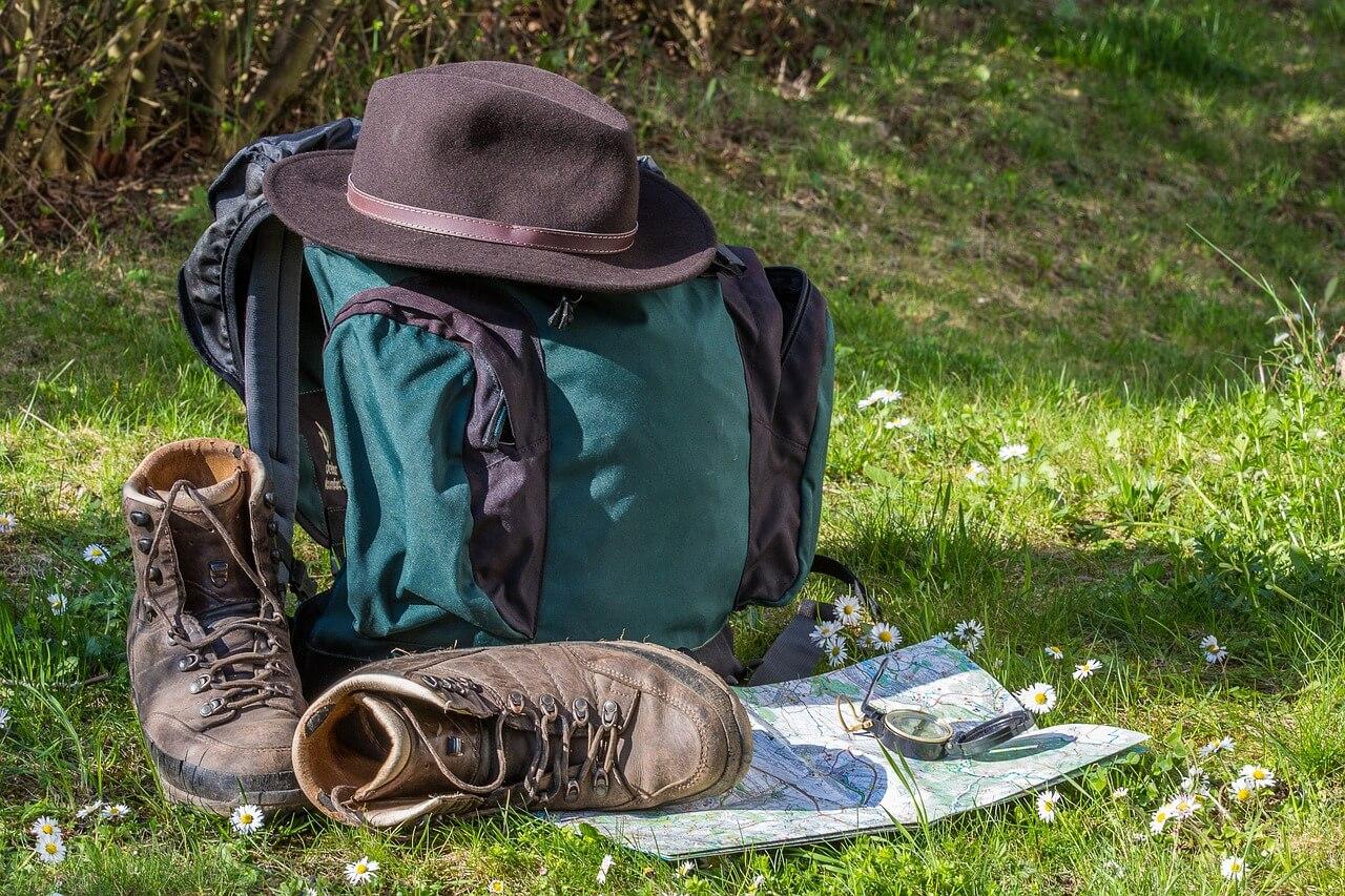 Rucksack und Stiefel eines Backpackers