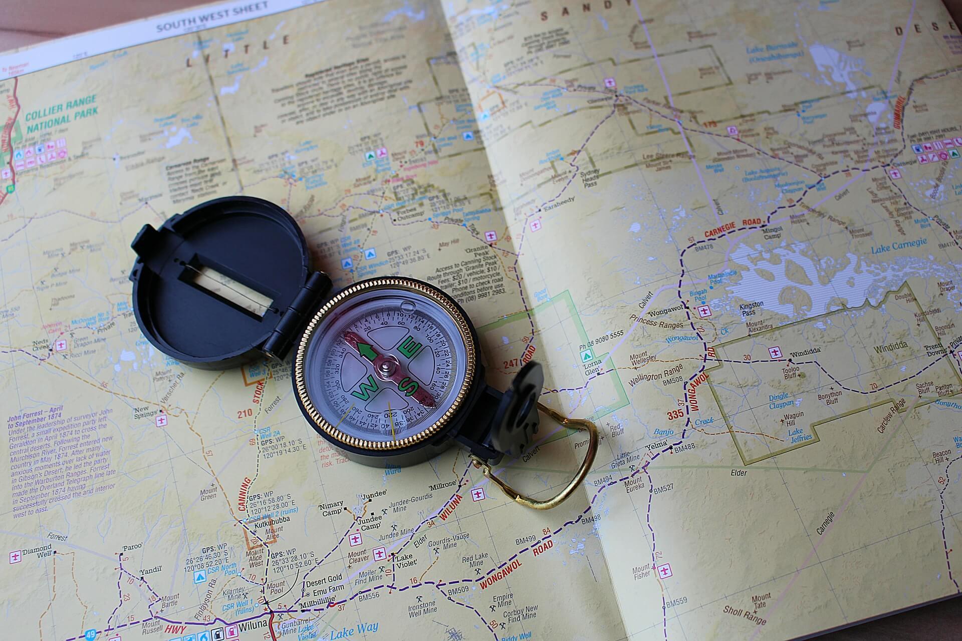 Ein Kompass liegt auf einer Australischen Landkarte