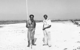 Eddie Mabo steht mit einem Freund am heimatlichen Strand