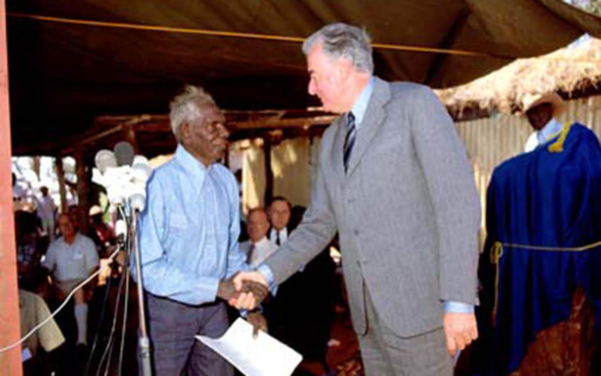 Verhandlungen um die Landrechte zwischen Gough Whitlam und Vincent Lingiari