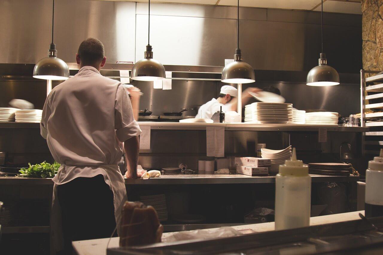Köche hantieren in einer edlen Großraumküche