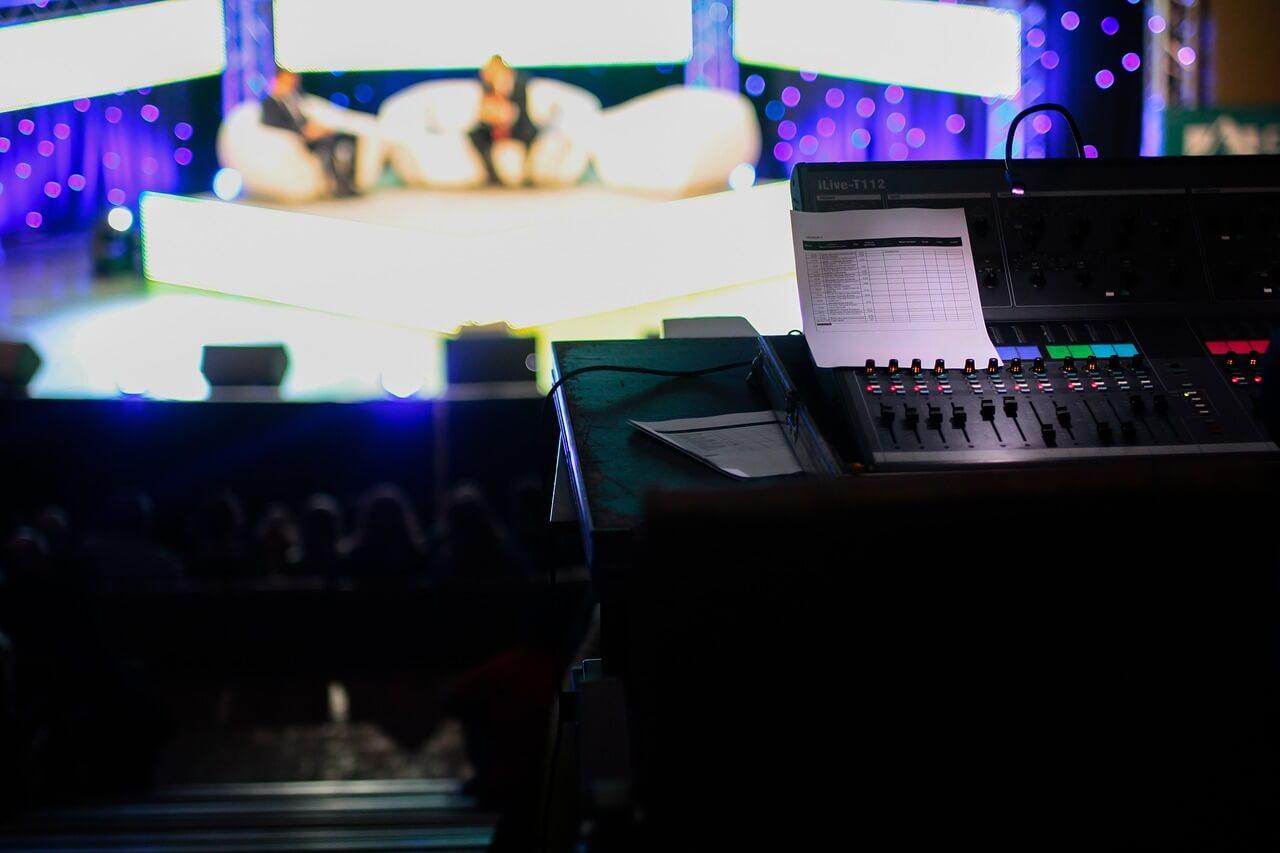 Blick in ein Talkshowstudio vom Mischpult
