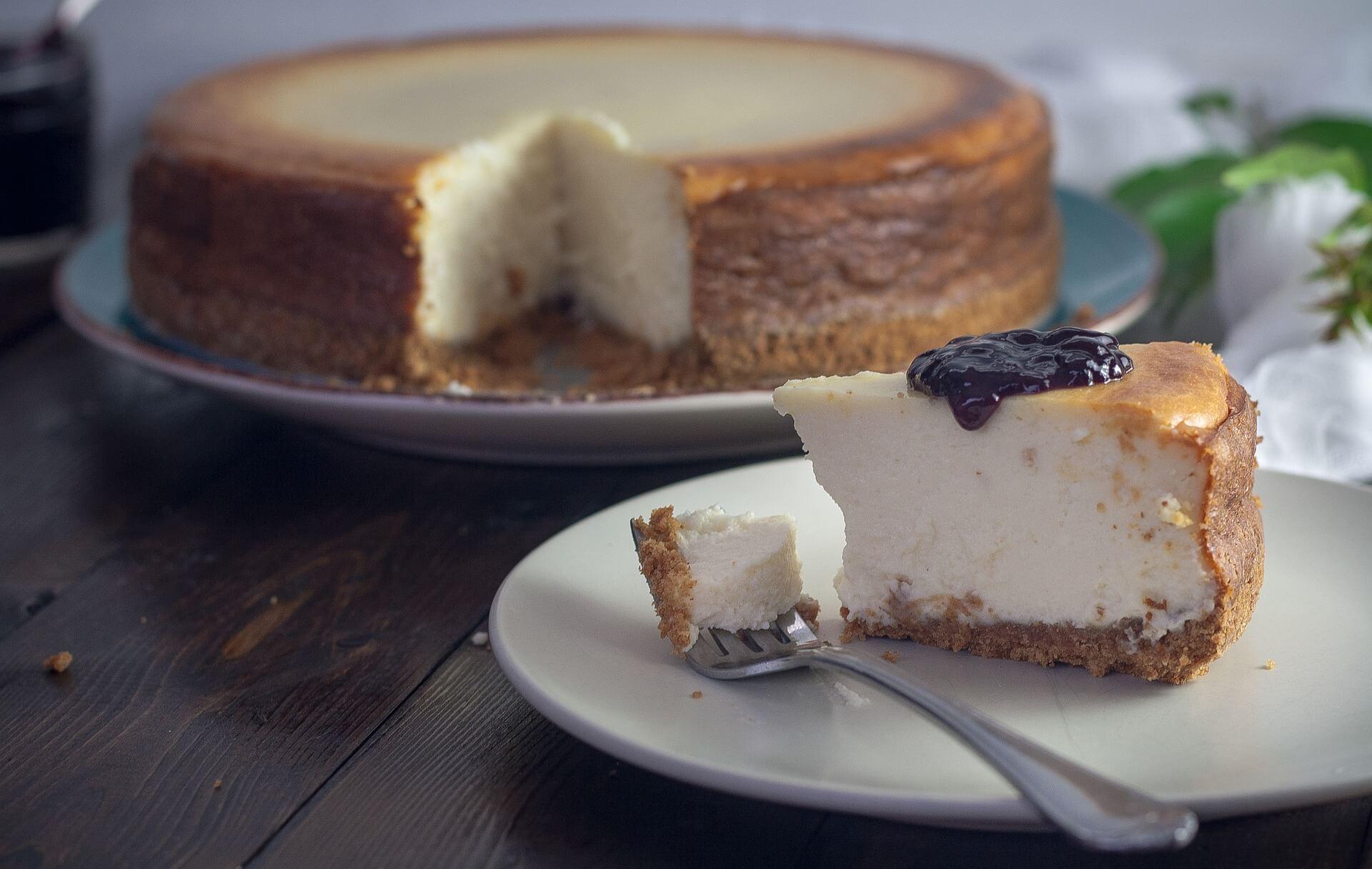 Ein köstlich aussehendes Stück Käsekuchen mit Blaubeeren