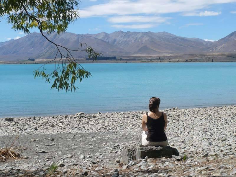 Ich am türkisblauen, aber eiskalten Lake Tekapo