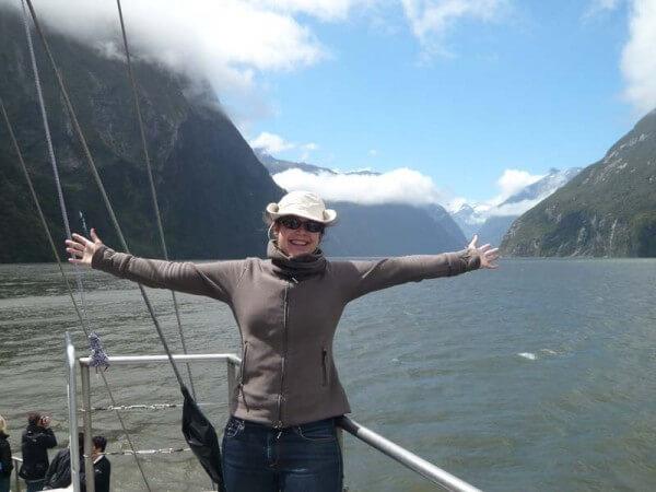 Ich umgeben von riesigen Kliffs im Milford Sound Cruise