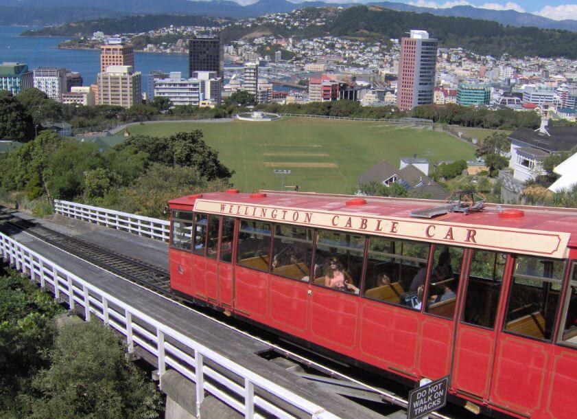 Ein Cable Car fährt auf Wellington zu