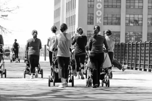 Frauen mit Kinderwagen auf einer Brücke