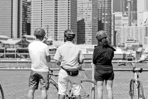 Drei Radfahrer vor der New Yorker Promenade