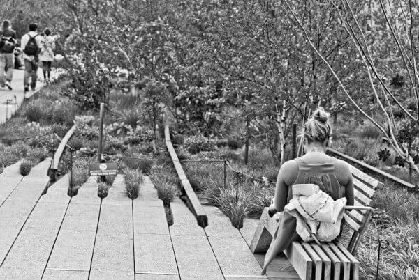Frau entspannt auf einer Bank in einem Park