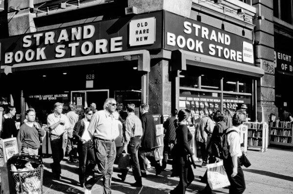 Menschen vor dem Strand Book Store