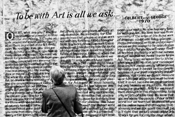 Frau vor Zeitungsberichtstafel im New Yorker MoMA