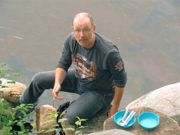Ole Helmhausen wäscht im Fluss ab