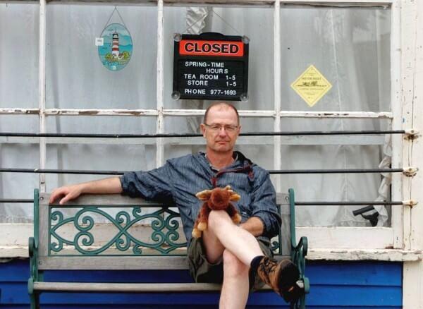 Ole Helmhausen sitzt auf einer Bank