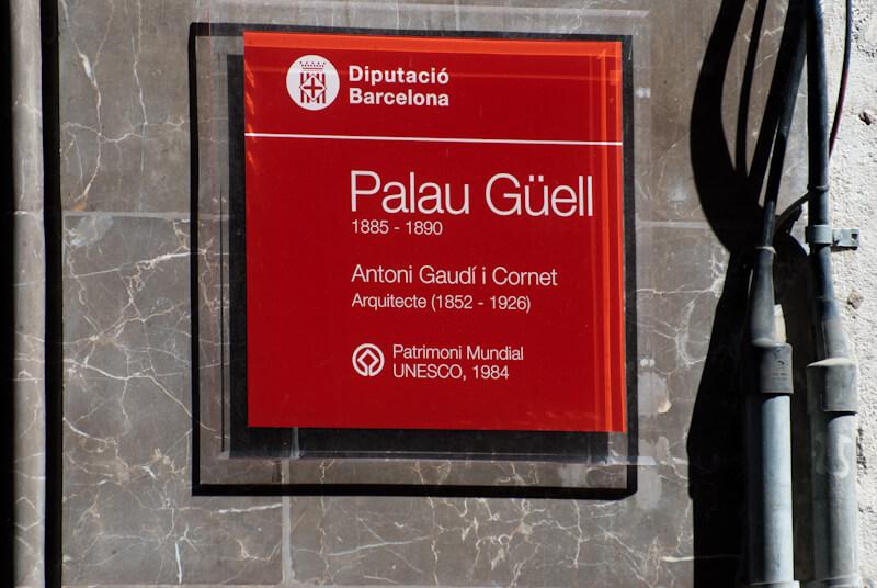 Eingangsschild zum Palau Güell in Barcelona