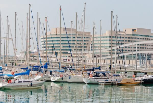Yachten und Schiffe im Hafen von Barcelona
