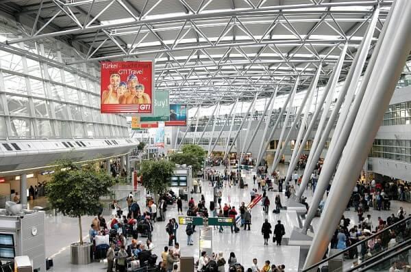 Überfüllter Flughafen