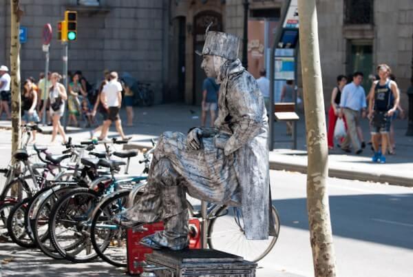 Sitzendes Denkmal in Barcelona