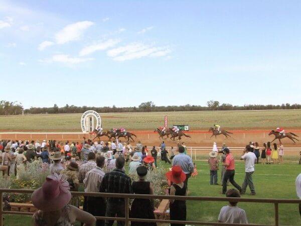 Pferderennen im Outback