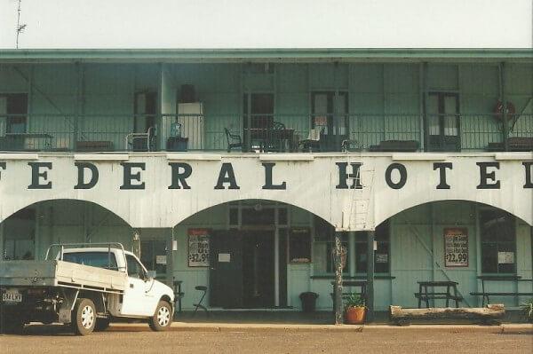 Eine Hotelfassade im Outback