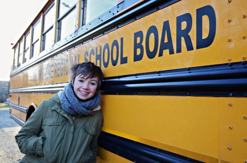 High School in Nova Scotia: Maren vor ihrem Schulbus