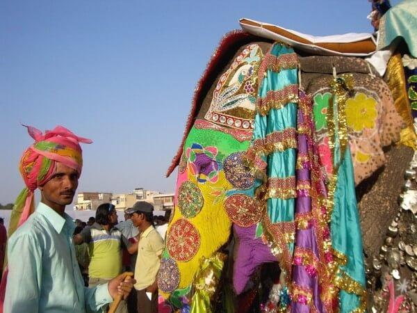 Bunter Inder vor einem bunten Haus