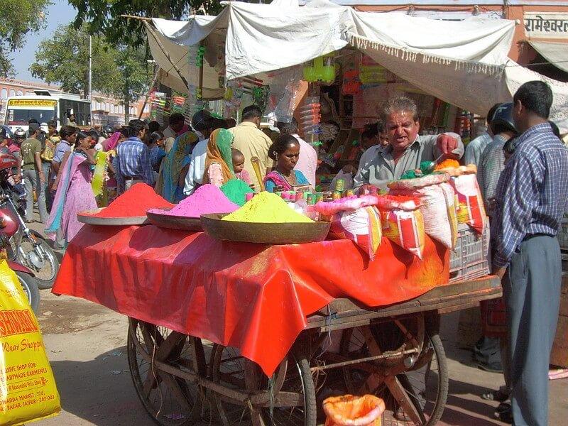 Ein indischer Farbverkäufter in Jaipur