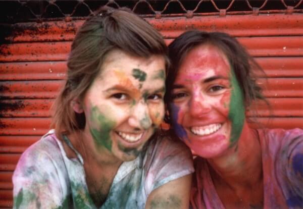 Cindy und ihre Freundin in Farbe gebadet