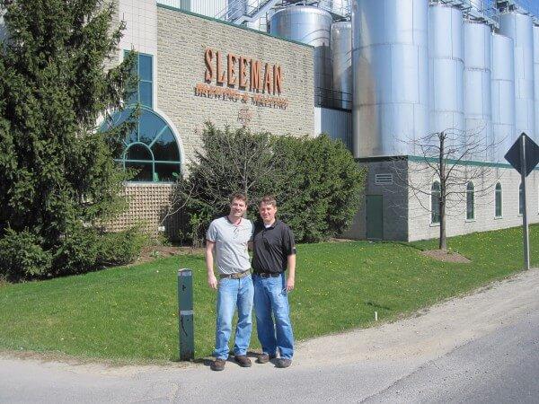 Markus mit Kollegen vor der Sleeman Brauerei