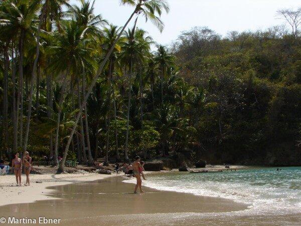 Strand mit Badenden in Costa Rica
