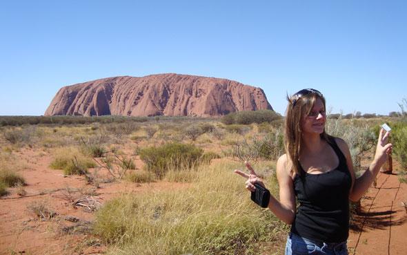 Jenny posiert vorm Ayers-Rock