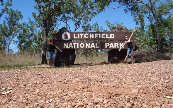 Jenny vorm Eingangsschild des Litchfield National Park
