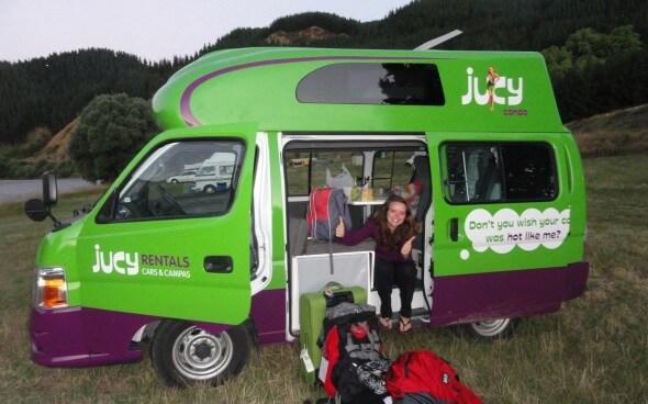Jelena sitzt in ihrem Leih-Campervan