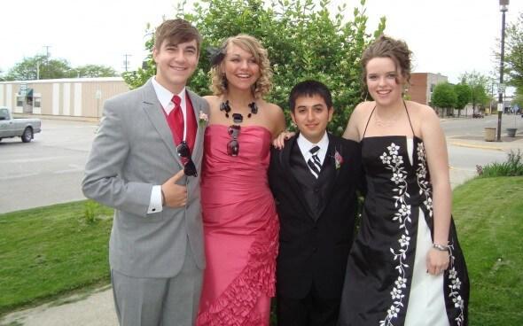 Jelena und ihre High-School Freunde beim Prom