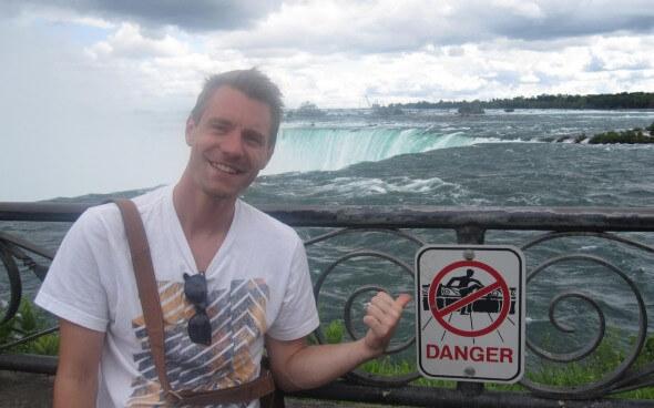 Markus mit den Niagarafällen im Hintergrund