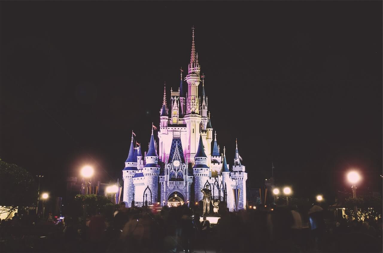 Kulisse des Disneyschlosses in der Nacht