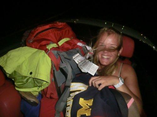 Melina mit all ihrem Gepäck