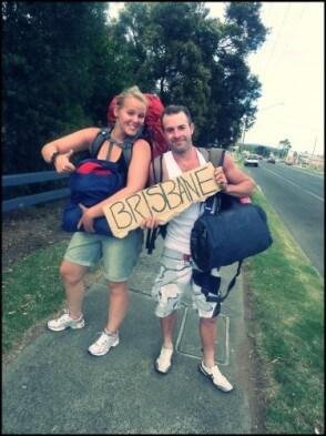 Melina und ein Freund trampen nach Brisbane