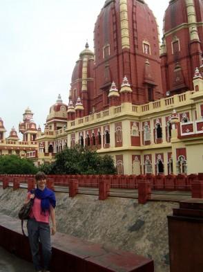Jenny vor einem typisch indischen Palast