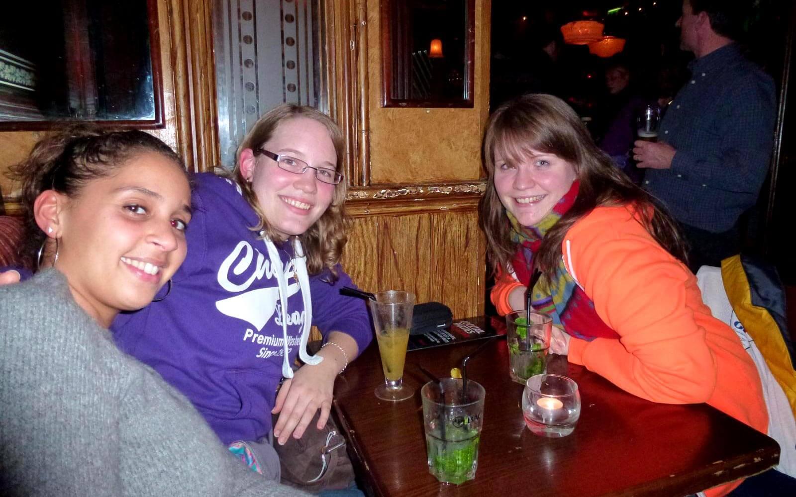Claudia mit Freundinnen im Pub