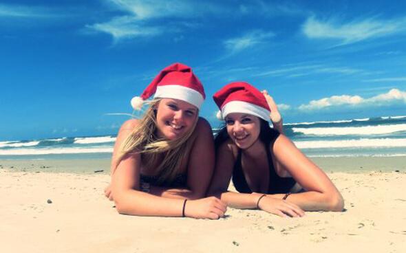 Melina und ihre Freundin am Strand