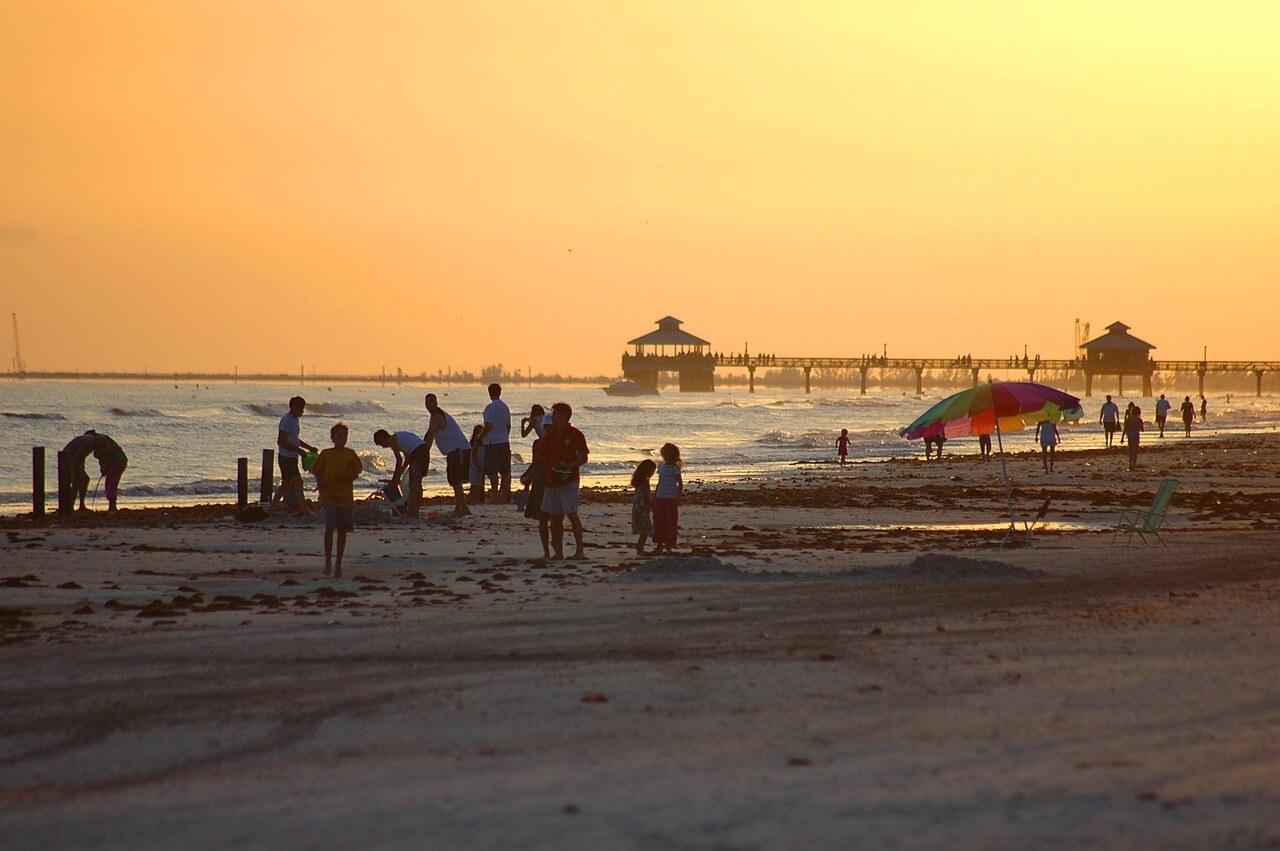Menschen am Strand von Fort Myers