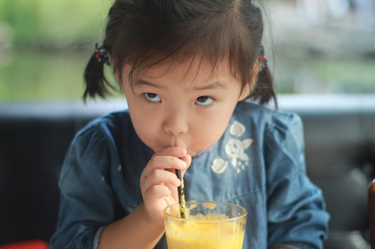 Kleine Chinesin beim Trinken