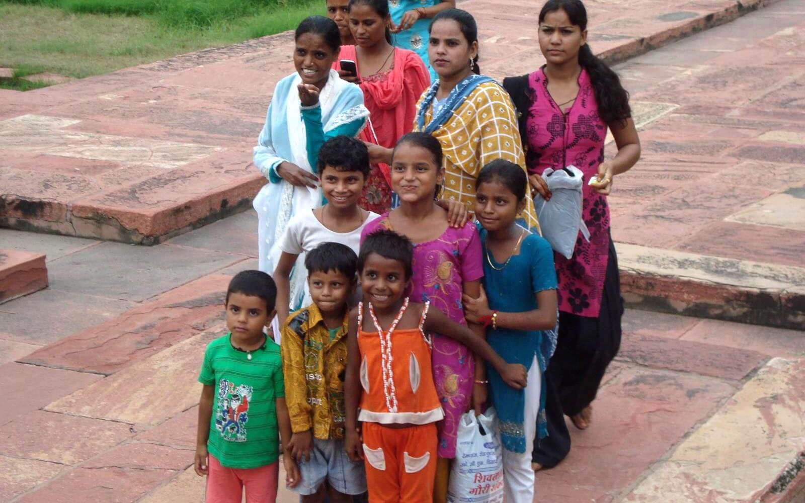 Indische Frauen und Kinder posieren für ein Gruppenbild