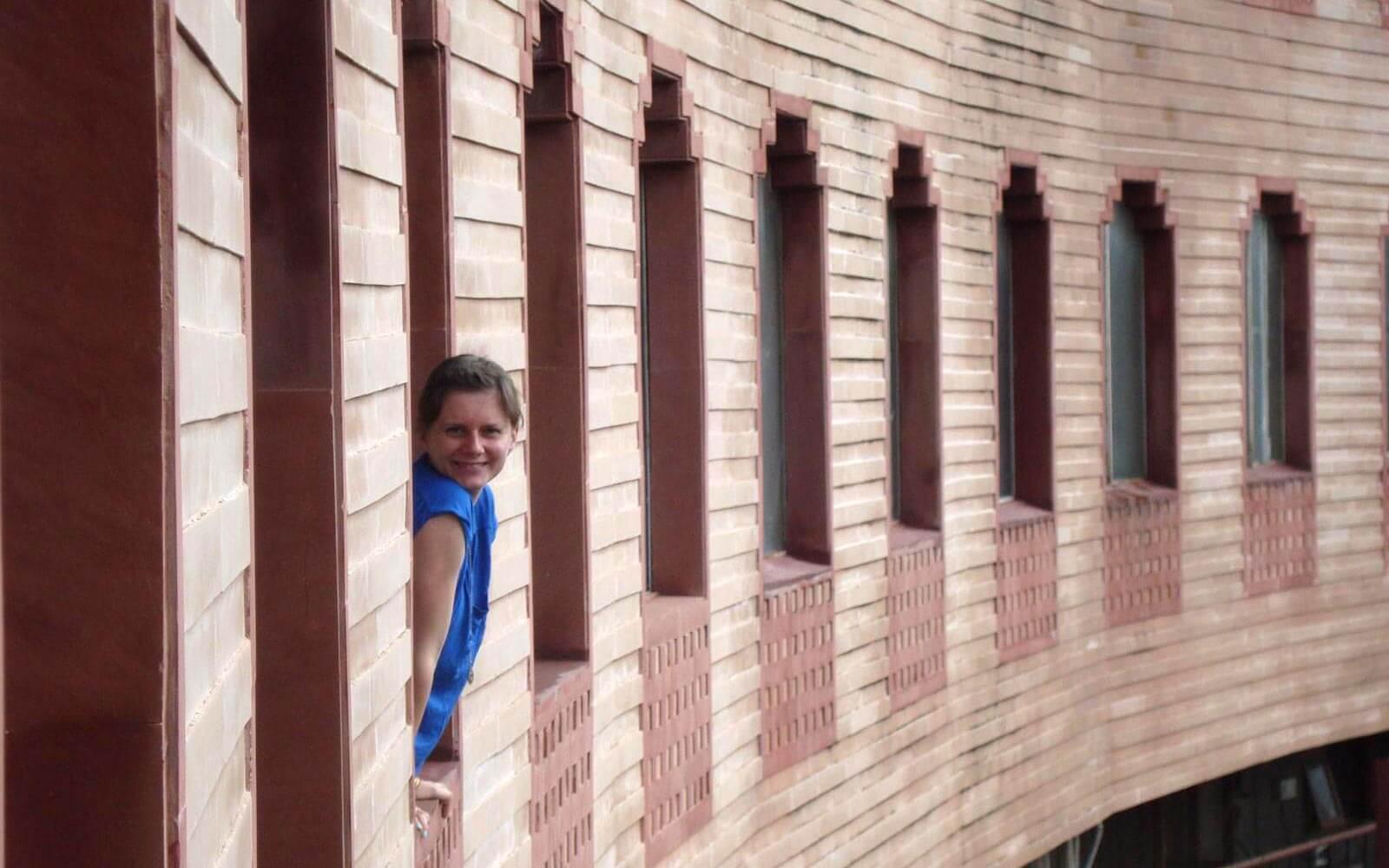 Jenny in einem Fenster des roten Forts