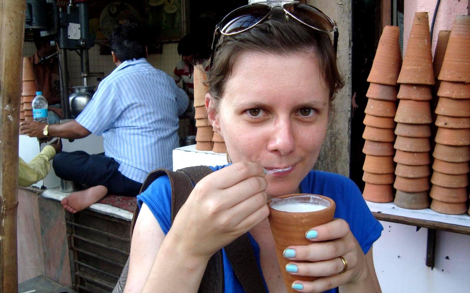 Jenny trinkt ein Lassi