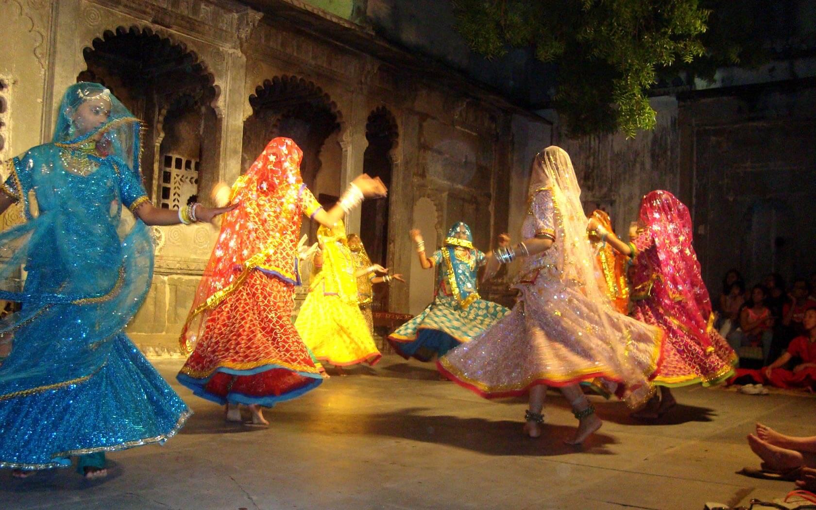 Tanzende Frauen in Udaipur