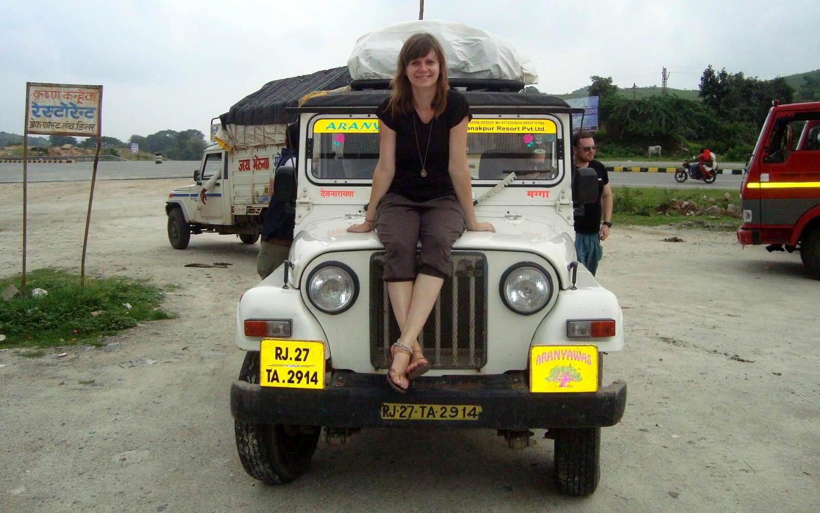 Jenny auf ihrem Jeep
