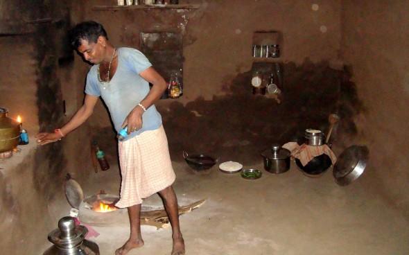 Ein Inder in seiner Lehmhütte