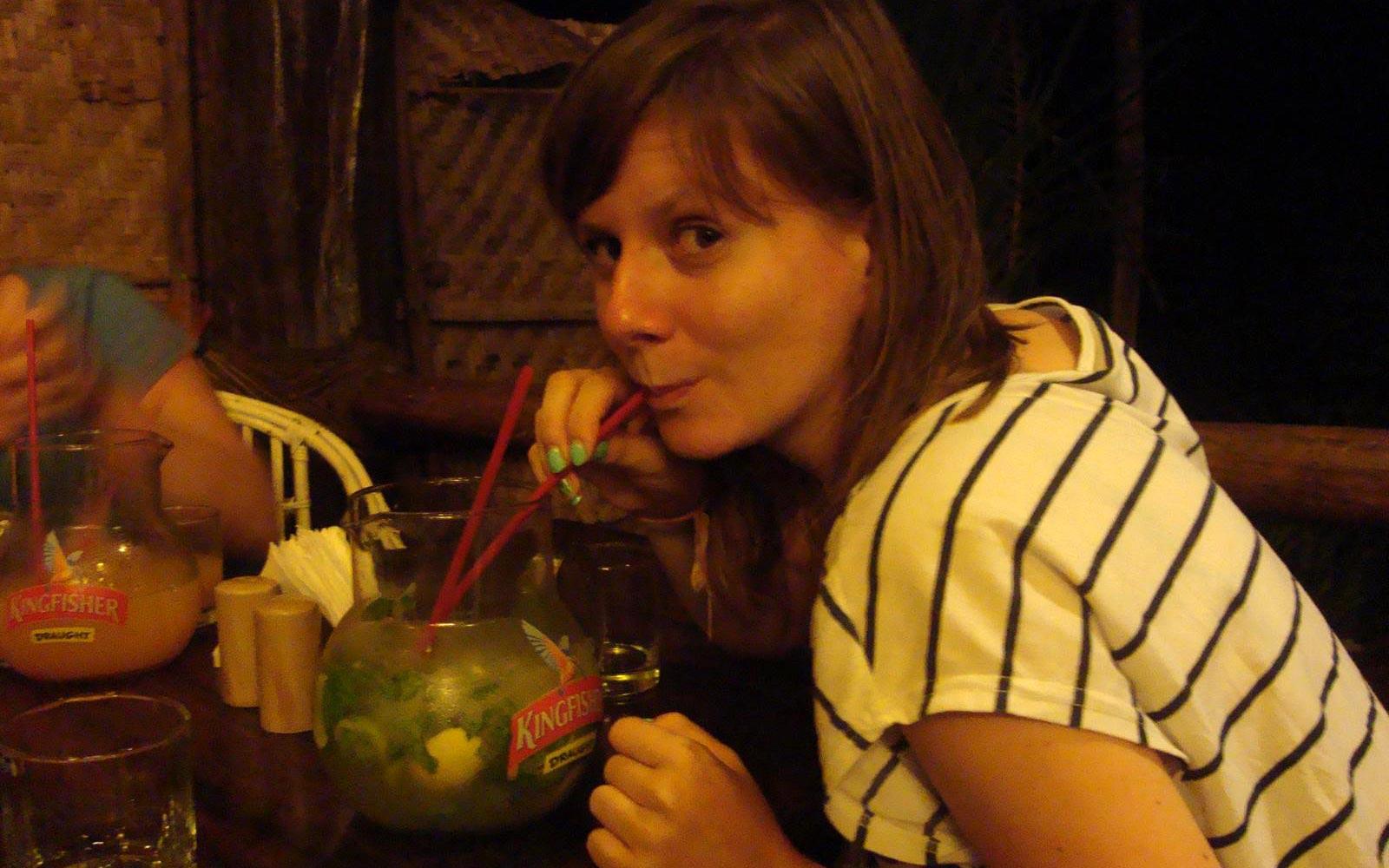 Jenny beim Cocktailtrinken in Goa